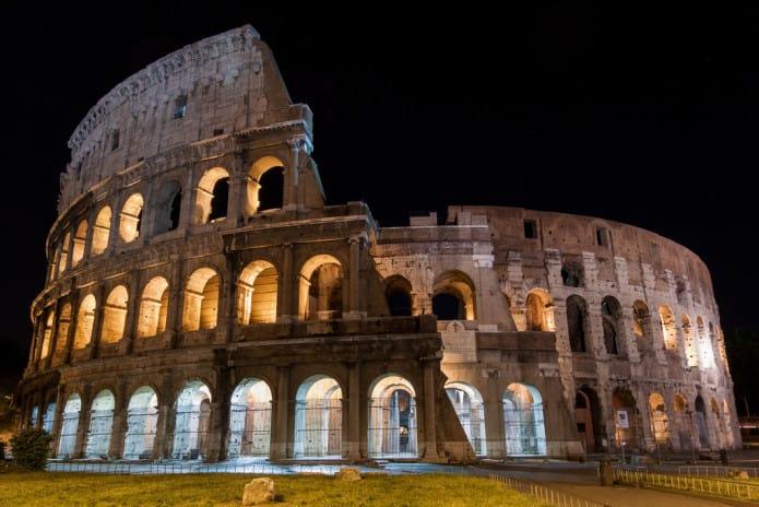Il Colosseo di sera, una delle atttrazioni principali di Roma