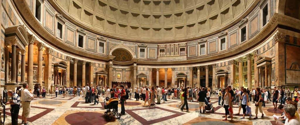 Gli interni del Pantheon a Roma. Visitare