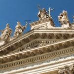 Il timpano della Basilica di San Giovanni in Laterano a Roma