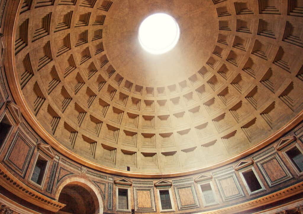 Entrare nel Pantheon quando a Roma piove è tra le cose da fare sicuramente